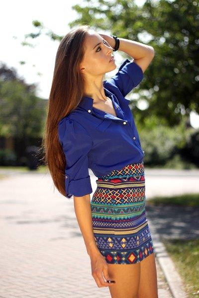 Kungsblå skjorta med stamtryck och figurkramande minikjol
