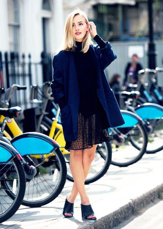 svart fisknät klänning blå kappa
