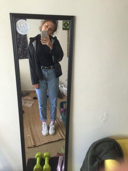 svart vindjacka med pikétröja och blå mamma-jeans