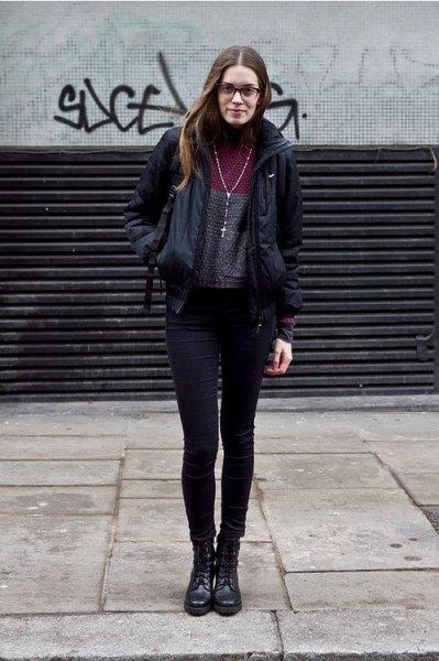 svart vindjacka med grå mock-neck tröja och smala jeans