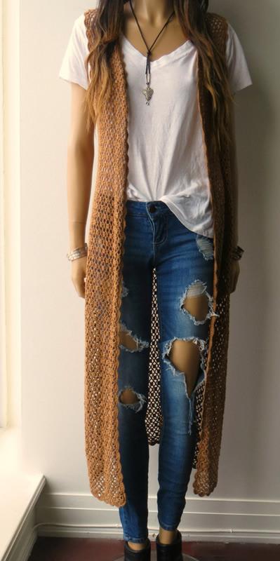 lång ärmlös virkad cardigan-outfit