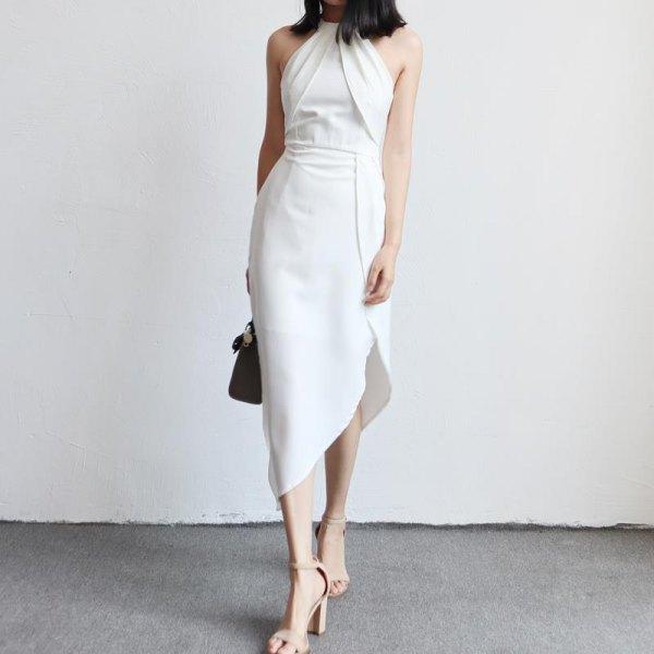vit halterneckklänning med samlad midja och asymmetrisk tulpanklänning