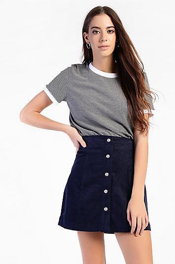 svart och vit randig t-shirt med hög midja kordfluga kjol