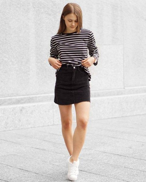 svart och vit randig långärmad T-shirt med hög kordfluga kjol