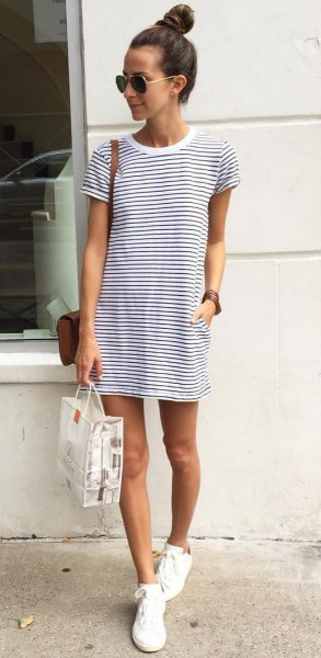 horisontell randig t-shirt klänning vit duk skor