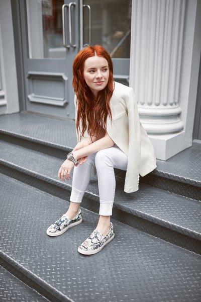 vit skinny jeans gräddfärgad kavaj med blommiga sneakers