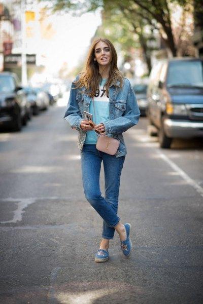 blå slip-on canvas skor jeansjacka jeans