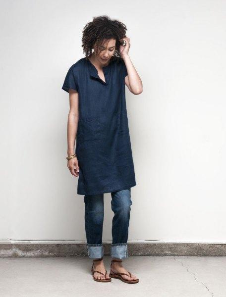 Mörkblå tunikaskjorta i linne med mörka jeans med muddar