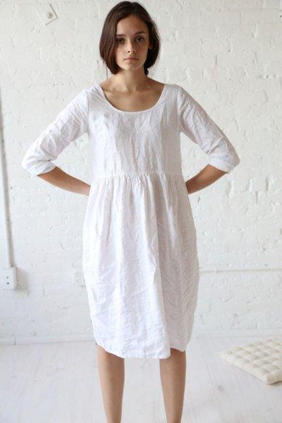 vit tunikaklänning från rynkad linnemidja med sneakers