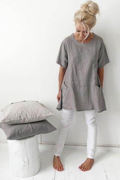 grå tunika-t-shirt med vita smala jeans