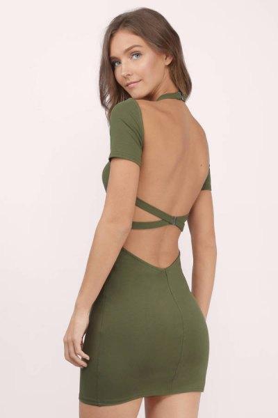 olivgrön rygglös, figurkramande klänning