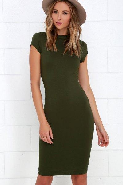 olivgrön figur-kramande knälång klänning grön filthatt