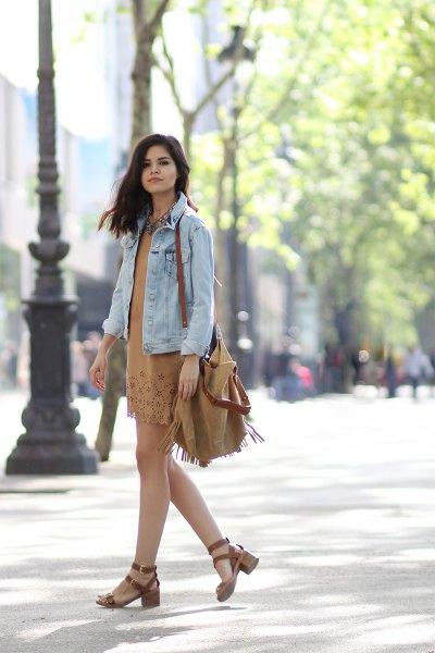 Ljusblå jeansjacka med en rodnande rosa miniklänning och matchande axelväska