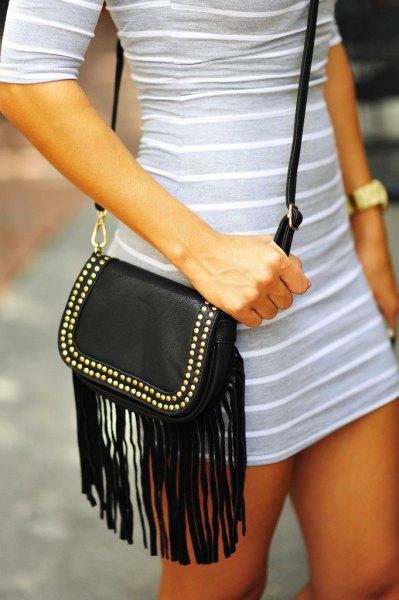 ljusgrå och vit randig miniklänning med halva ärmar och svart läder axelväska