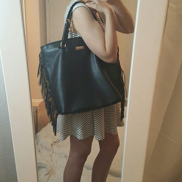 svartvit randig miniskridsklänning med läderplånbok