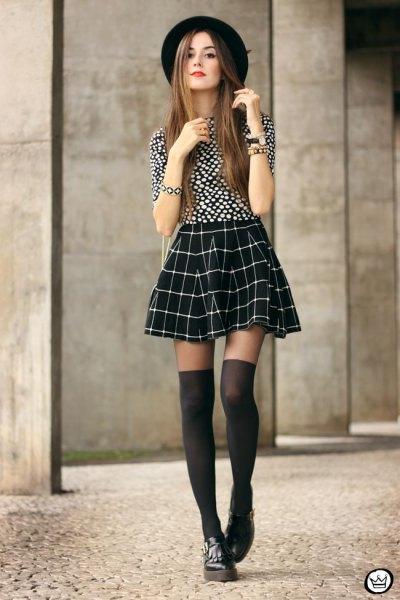 Pläd kjol gjord av svarta och vita prickade åkare