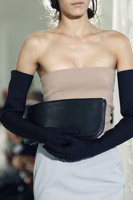 lång aftonklänning med svarta handskar