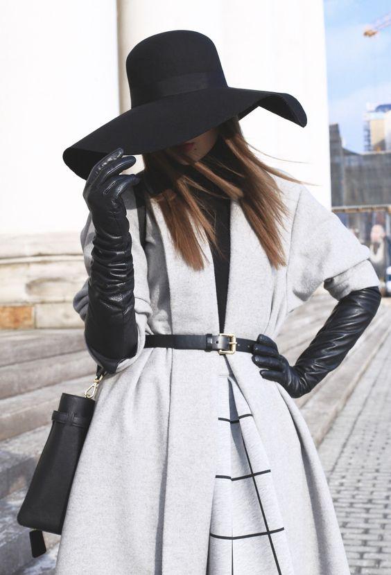 lång grå kappa med svarta handskar