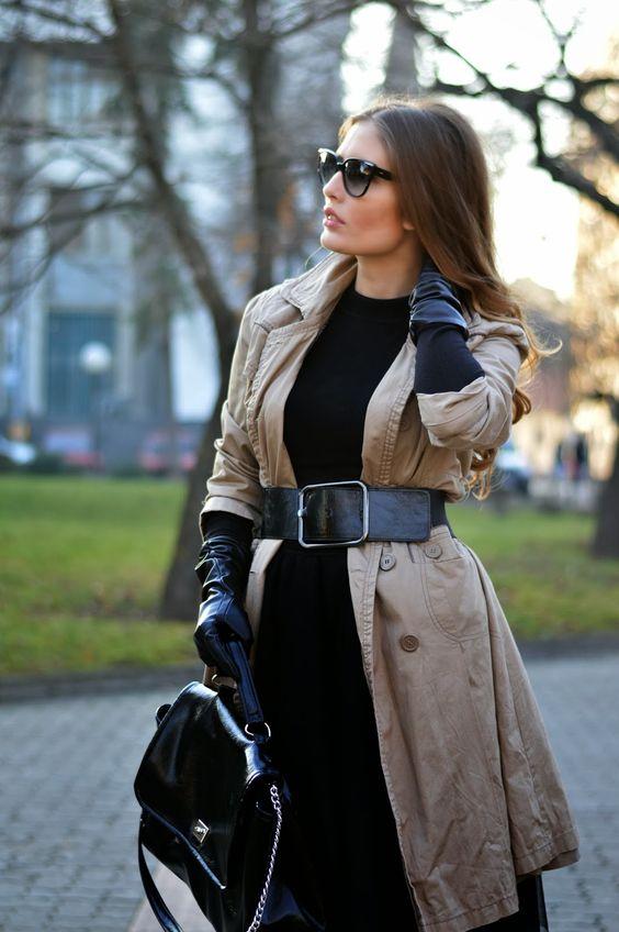 lång trenchcoat med svarta handskar