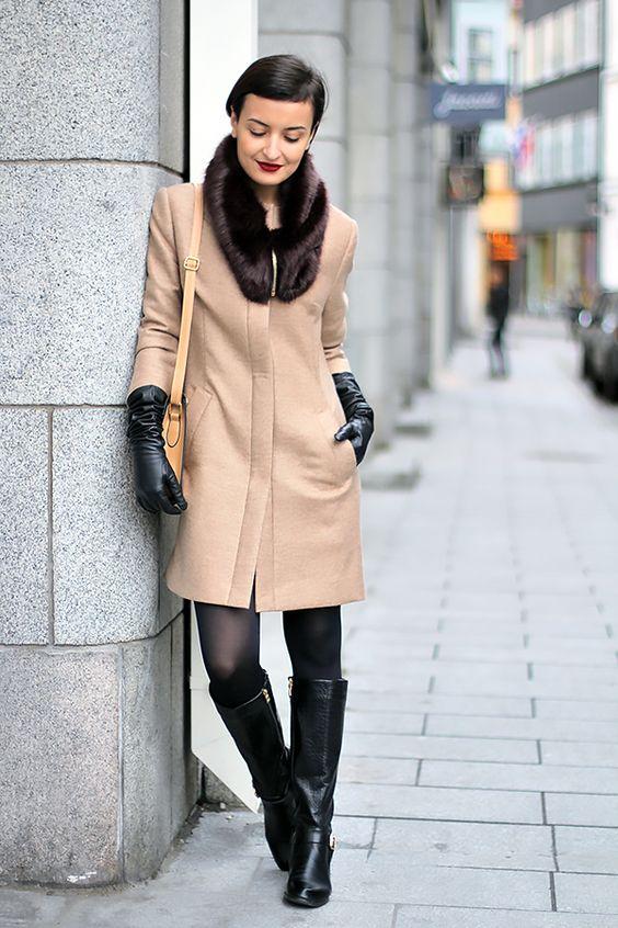 lång kamelrock med svarta handskar