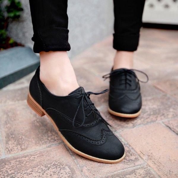 svarta skinny jeans med muddar och matchande Oxford mockaskor