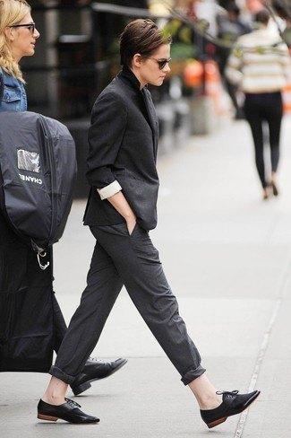 svart svit med vit skjorta och mockaskor i oxford