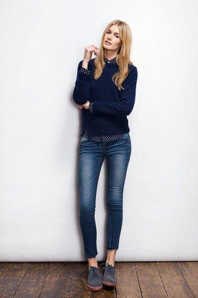 svart tröja med prickig skjorta och mörka skinny jeans