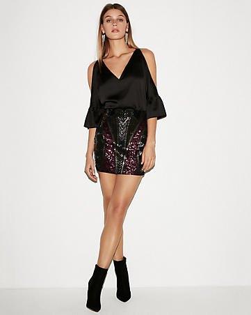 Chiffong-v-ringad blus med kall axel och svart mini-kjol med paljetter