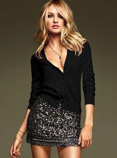 svart, långärmad t-shirt med djup V-ringning och figurkramande minikjol