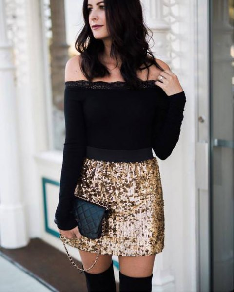 svart axelbandslös blus med guld kjol i paljetter