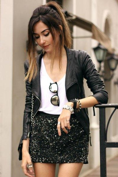 svart skinnjacka med vit V-ringad T-shirt och minikjol