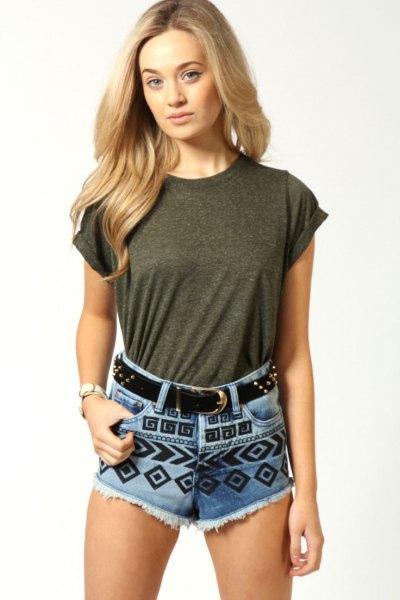 grå t-shirt med blå och svart tryckta söta jeansshorts