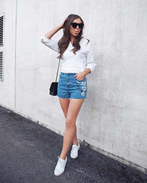 vit blus med ljusblå, blommbroderade, söta jeansshorts