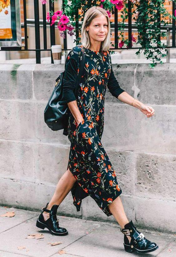 Marinblommiga blommiga klänningar