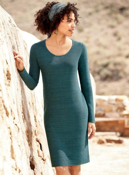 grå, smalskuren bomullströsklänning med en urringning