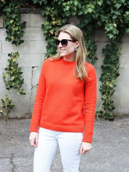 Orange, tjock bomullströja med vita skinny jeans