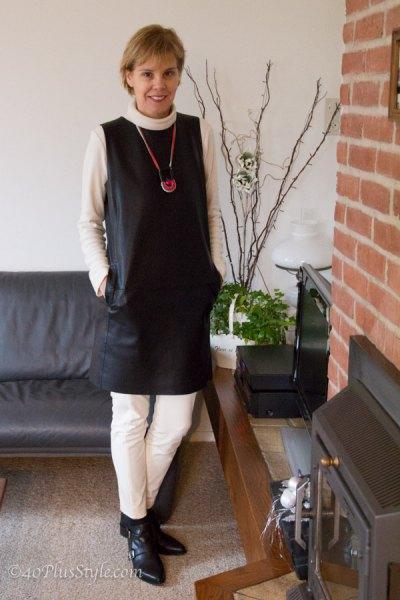 svart ärmlös miniklänning i läder med vita slim fit-byxor