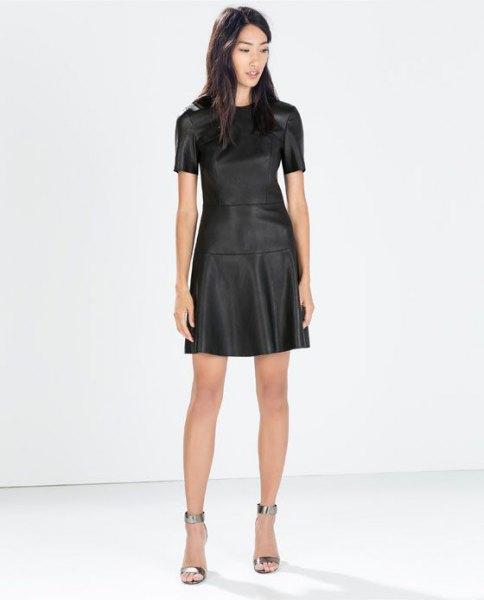 Mini-klänning i svart och fläckat läder med silver metalliska klackar