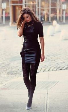 svart, kortärmad, figur-kramande miniklänning i syntetiskt läder med leggings