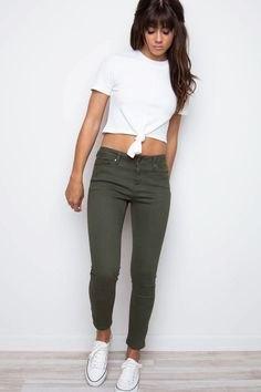 vit knuten T-shirt med olivgröna, förkortade skinny jeans