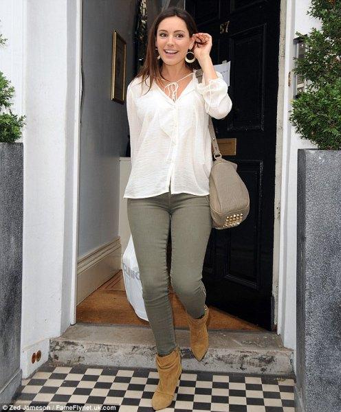 vit linneskjorta med knappar, gröna jeans och kamelstövlar