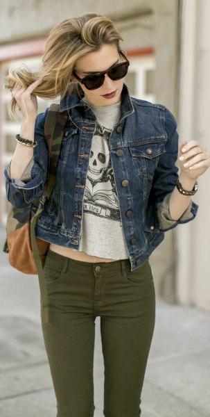 grå kort t-shirt med blå jeansjacka