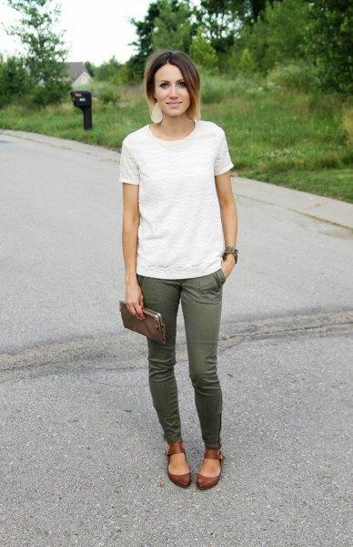 vit spets t-shirt med gröna skinny jeans