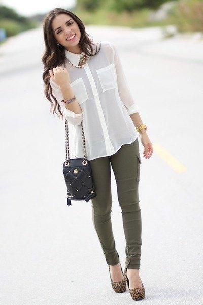 vit chiffongskjorta med knappar och olivgröna skinny jeans