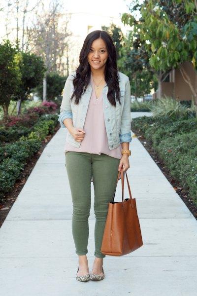 grå chiffongskjorta och himmelblå jeansjacka