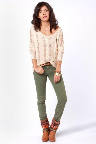 Ljusrosa, trasig långärmad skjorta med olivgröna skinny jeans