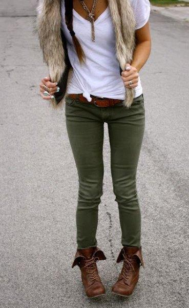 vit knuten t-shirt med olivgrön skinny jeans och halsduk i fuskpäls