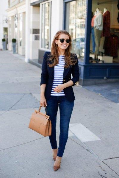 mörkblå kavaj med randig t-shirt och smala jeans