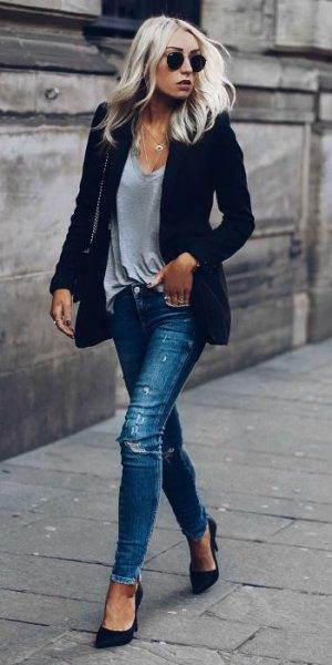 mörkblå kavaj med grå V-ringad t-shirt och rippade jeans