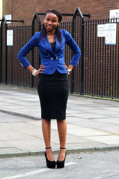 Kungsblå slim fit-kavaj med svart midikjol